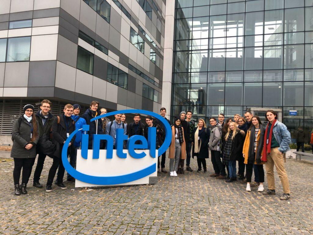 kilkunastoosobowa grupa licealistów stojąca przed siedzibą firmy Intel