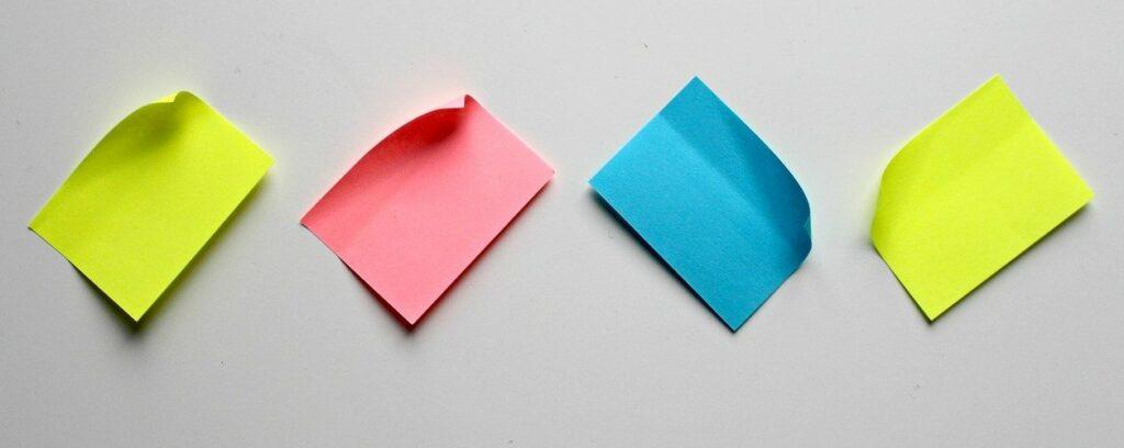 cztery puste karteczki samoprzylepne przyczepione do ściany