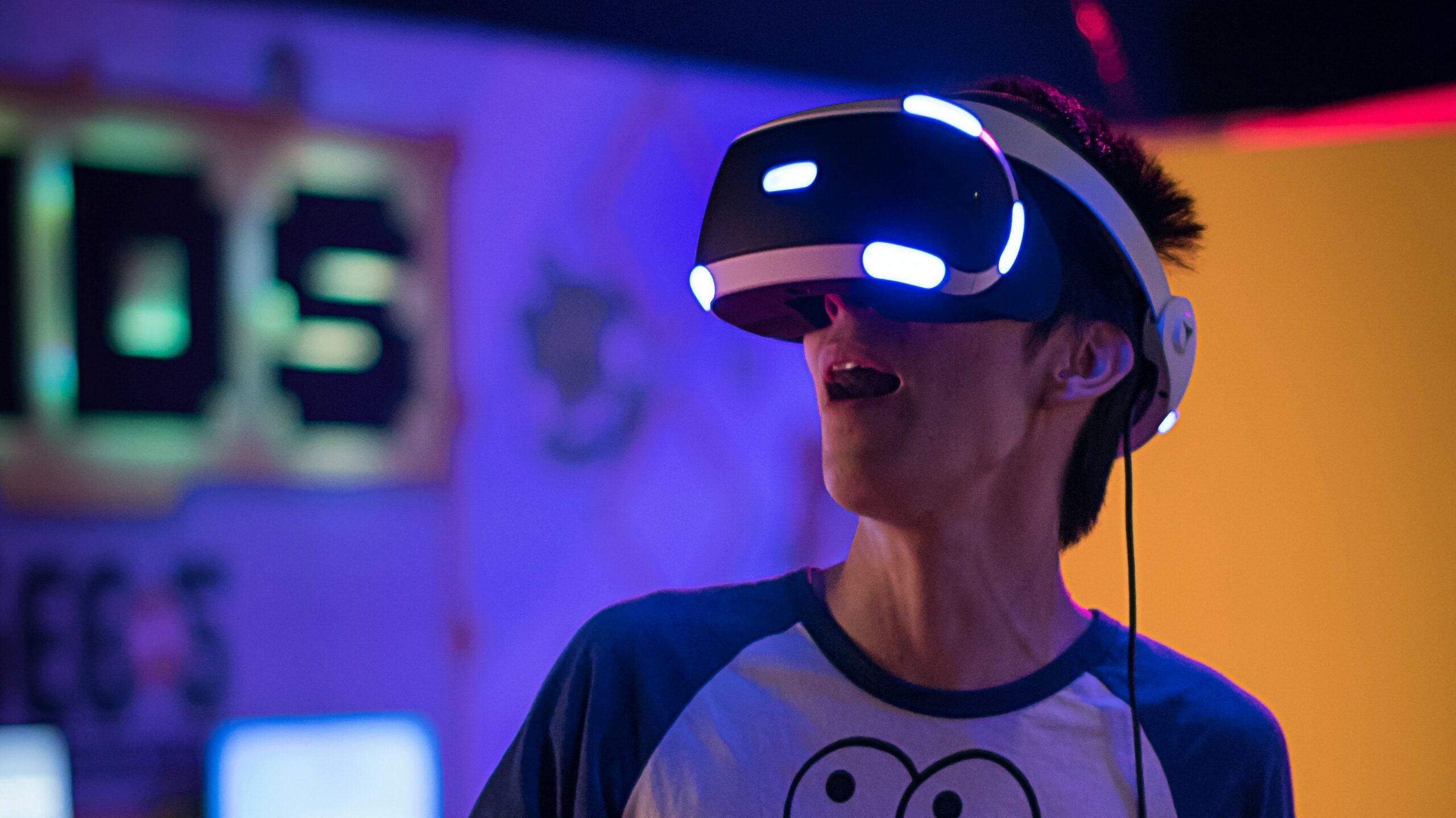 mężczyzna z założonymi na oczy okularami wirtualnej rzeczywistości